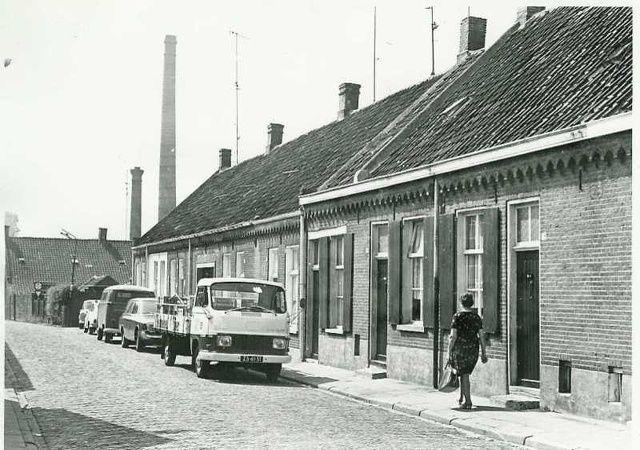 Nieuwstraat in 1969. De Nieuwstraat werd ook wel Botstraat genoemd naar dhr Bot die hier diverse woningen bezat en in overwegend slechte staat verhuurde. Rechts de zuivelwinkel van van Iersel (bijnaam De Muilezel)