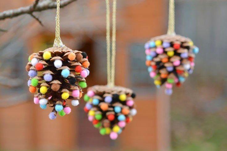 Die Adventszeit rückt näher und ein Großteil der SoLebIch Community ist mir tollerWeihnachtsdeko bereits gewappnet für besinnlich schöne Stunden zu Hause. Weil vor allem die Kleinsten die größte Freude an der Weihnachtszeit haben, zeigen wir heute Bastelideen für Kinder: für hübsche Weihnachtsdeko, Christbaumschmuck und DIY Weihnachtsgeschenke. Für einen kreativen Advent!#1 - Windlichter mit KinderkunstKeine Vorweihnachtszeit ohne Kerzenschein! Aus Transparentpapier (Backpapier geht auch)…
