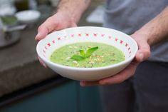 Una Crema di zucchine senza latticini, insaporita dalle erbe aromatiche che amiamo di più: menta e basilico.
