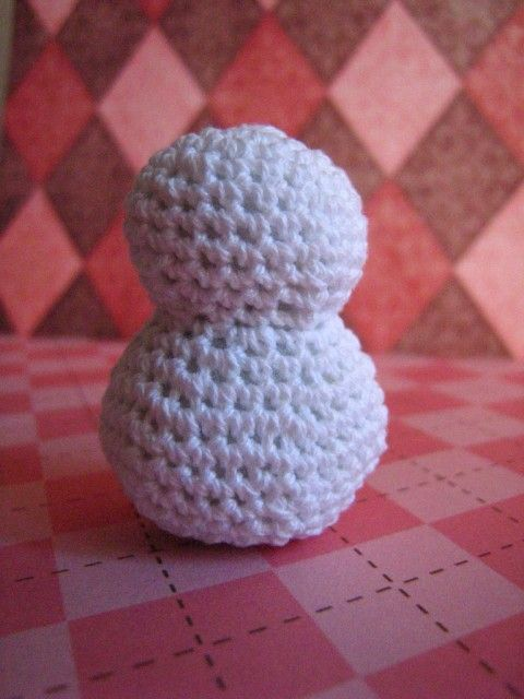 Easy Crochet Snowman (Free Pattern) YOU CAN USE THIS FOR SNOWMEN AND OTHER THINGS!! just a stich away :)