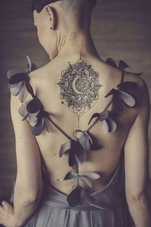 Mandala con Luna central - Tatuajes para Mujeres. Encuentra esta muchas ideas mas de Tattoos. Miles de imágenes y fotos día a día. Seguinos en Facebook.com/TatuajesParaMujeres!