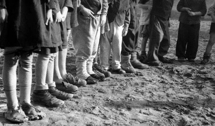 A fotó szívbemarkoló látványt örökített meg 1946-ban, valahol az Alföldön. Tanyasi gyerekek lábát ábrázolja a kép, akik rongyos, vagy éppen túlméretes cipőben érkeztek a körzeti iskolába.