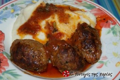 Aromatic soutzoukakia (spicy meatballs in red sauce)