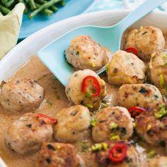 Asiatiska kycklingbollar i kokossås - Recept - Tasteline.com