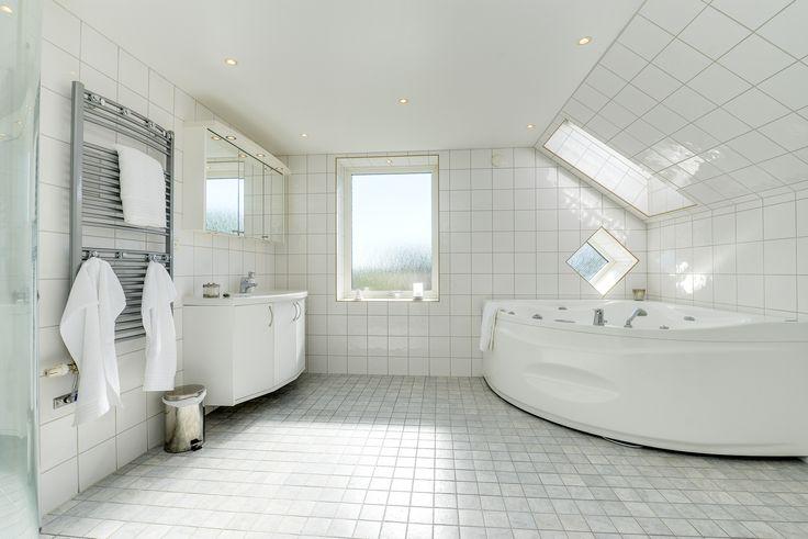 hög standard och komfort i badrum med bubbelkar, dubbla handfat, dusch och takfönster