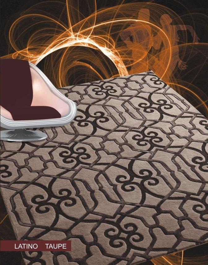 Alfombra moderna, Latino Taupe, en color marrón y dibujos geométricos en tono mas oscuro.  Su composición fundamental es lana y viscosa. Fabricante: Felix Belso
