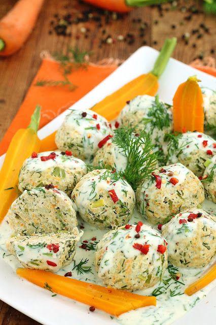 Dietetyczne pulpety z indyka, z marchewką młodą i dużą ilością koperku. Z sosem koperkowym i młodymi ziemniakami są pyszne. Idealne dla d...