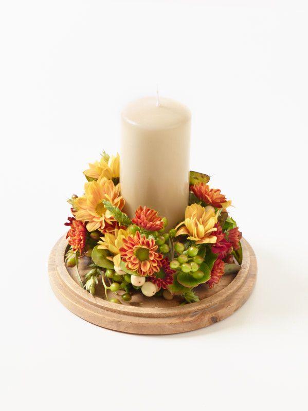 Florales Windlicht Step 3 Kerze mittig in den Kranz platzieren und Glasgefäß darüber stülpen. Windlicht aus dem Bedarfshandel