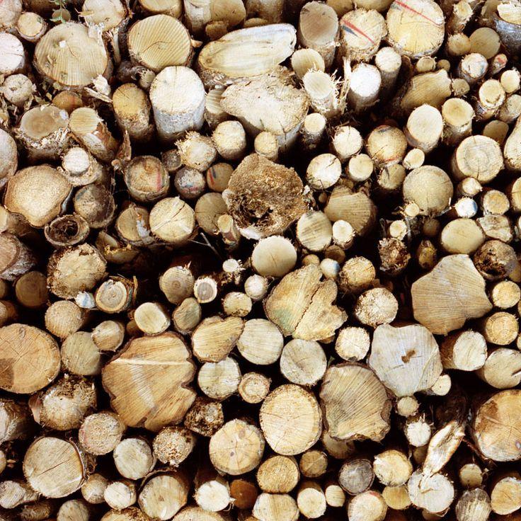 De structuur is hout en de factuur is dat het hout omgehakt is en op een stapel gelegd is.