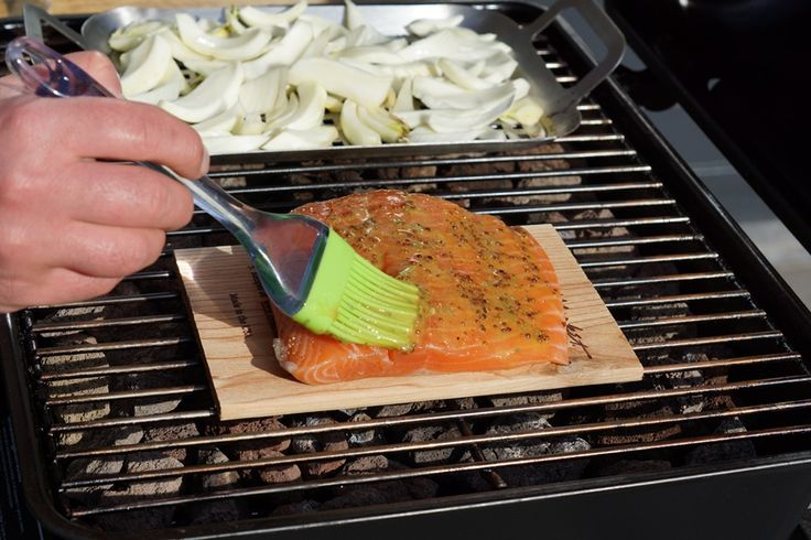 Een heerlijk barbecue recept: op cederhout gegrilde zalm. Het indirect grillen van zalm op een cederhouten plank geeft de zalm een heerlijke rokerige smaak.