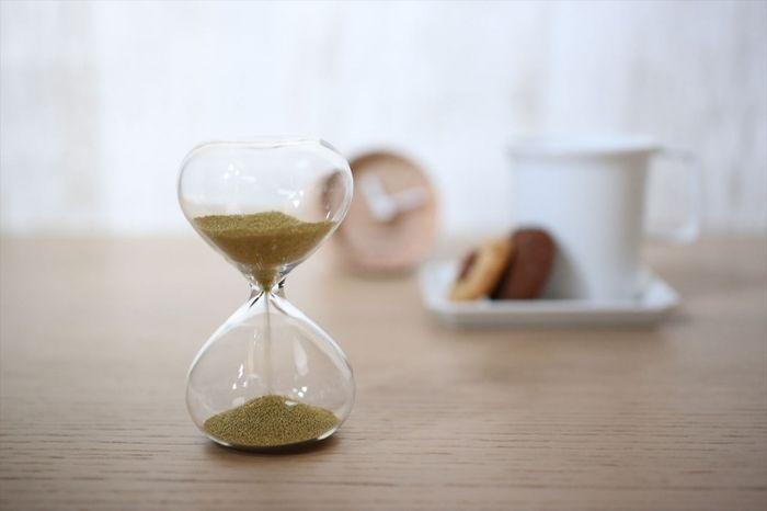 そんな、廣田硝子が制作した「スナ式トケイ」と名付けられたガラス製の砂時計が、 スペイン国立プラド美術館で発売され人気を呼んでおり、 現地では「洗練されたデザイン、品質ともに、プラドにふさわしい」と絶賛されています。    自社製品はクラシカルな雰囲気のガラスが多い…と思っていた廣田社長が、 「アナログなイメージを大切にしつつ新商品を作りたい」と考案されたものだそうです。 優美な曲線を描くガラス管の中を砂が滑り落ちるシンプルなものですが、 原料の確保やガラス加工の難しさから安定的に生産できるまで約2年を要したという、珠玉の一品です。