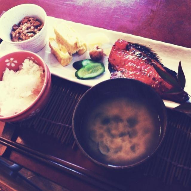 2/23(日)朝昼ごはん 赤魚の味醂干し、出し巻き卵、納豆、しじみの味噌汁、香の物(胡瓜の糠漬け、沢庵、梅干し)、ごはん - 40件のもぐもぐ - 和風朝ごはん by mintlitchi00