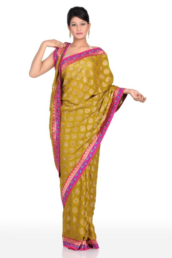 Create an enigma around your aura by draping this definitive drape that features contrast vibrant border.