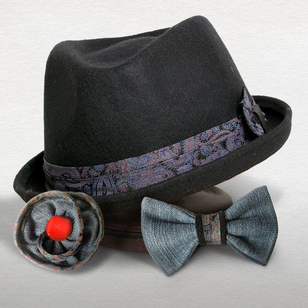 Rinaldelli: Fedora piccola in feltro lana nero con nastro fantasia.<br/> ReDandy: Coordinato Papillon e Fiore in jeans con applicazioni fantasia.  - Pezzo unico. Realizzato con materiali riciclati.