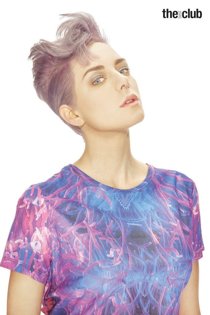 Helen - La Shell Clutch Bag di Chanel e l'onda che ha accompagnato Lana Turner lungo il corso della vita. Una conchiglia e l'acconciatura di una diva trovano sintensi in un look versatile.  Una graduazione classica e una scalatura inversa per avere stabilità e graficità, senza compromettere la morbidezza.  Il mix tra il rosa quarzo e l'azzurro serenity - colori dell'anno 2016 - regala un tocco madreperla al grigio, colore glam delle ultime stagioni.