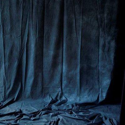 Tissu bleu nuit à plis