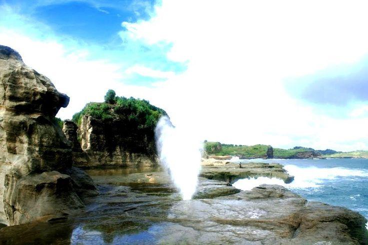 Indahnya Air Mancur Alami di Objek Wisata Pantai Klayar