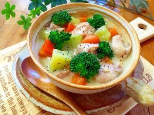 「丸ごとブロッコリーと★皮ごと野菜の豆乳スープ」ブロッコリーの芯を使った、豆乳スープです。人参とじゃがいもは、皮ごと使い栄養満点です。豆乳でヘルシーに、鶏肉でたんぱく質を補いました。食べる野菜スープです。【楽天レシピ】