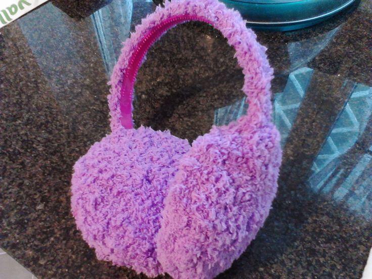 Mia figlia mi chiede i paraorecchie. Vediamo una bambina che ne ha un paio in lana, vistosamente fatti a mano...perchè no? Cerco qualche tut...