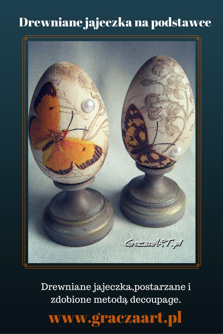 Jajeczka toczone z drewna bukowego, na ozdobnej podstawce, dekorowane metodą decoupage.