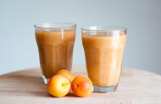Heerlijke smoothie met perzik, nectarine & abrikoos VOOR 2 GLAZEN: 2 wilde perziken 1 nectarine 3 abrikozen 100 ml water