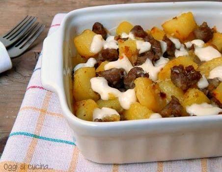 Patate al forno con salsiccia e scamorza
