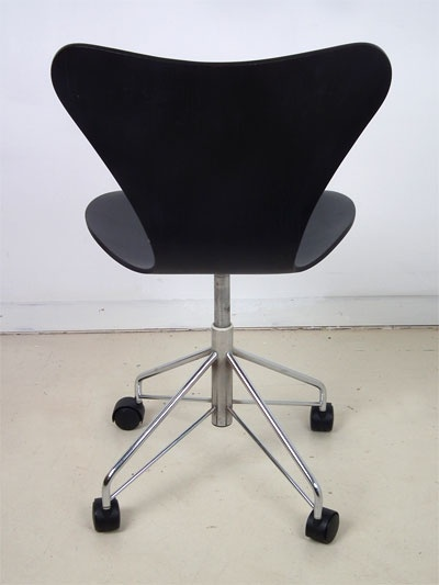 Swivel chair on wheels - a design classic from Arne Jacobsen. Manufactured by Fritz Hansen, Denmark