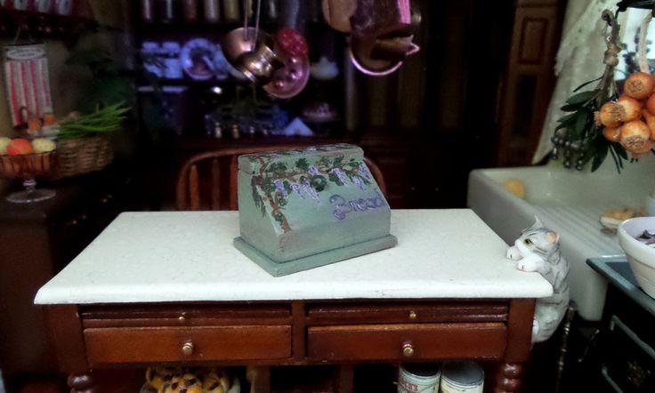 Boîte à pain en bois avec fleurs glycine miniature maison de poupées échelle 1:12 de la boutique MadeInEven sur Etsy