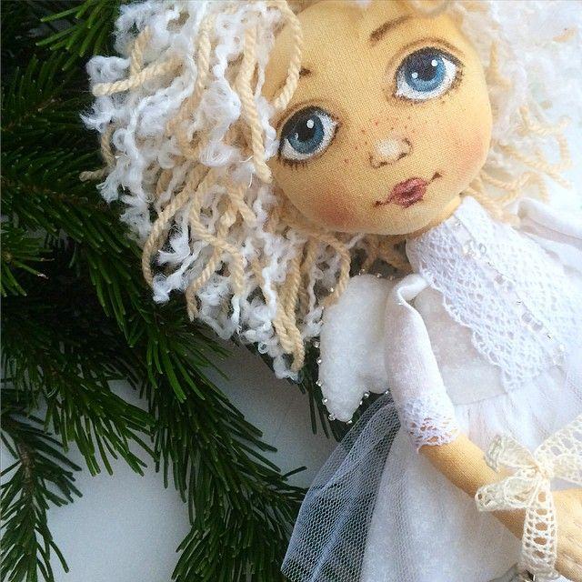 Последняя Ангельская девочка уходящего года... А я побежала докупать подарки,  печь печенье, плести новогодние венки, красить волосы, лепить пельмени... Да еще много чего! И это надо успеть сделать, как всегда в последний день года! #ангел #авторскаякукла#куклысахаровойнатальи #текстильнаякукла #куклаизткани#новыйгод #рождество #ангелыприносятсчастье#artwork #angel#скоровсеслучится