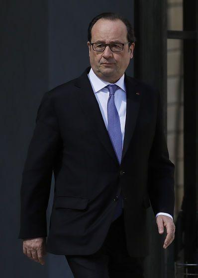 François Hollande: Der Krisenpräsident - Allmählich bekommt er Routine, was den Umgang mit Tragödien betrifft: Noch in der Nacht eilte François Hollande vom Theaterfestival in Avignon zurück nach Paris, wo er dann um 4 Uhr früh eine erste Fernsehansprache zum Terror in Nizza hielt. Mehr zur Person: http://www.nachrichten.at/nachrichten/meinung/menschen/Fran%E7ois-Hollande-Der-Krisenpraesident;art111731,2290708 (Bild: APA/AFP/THOMAS SAMSON)