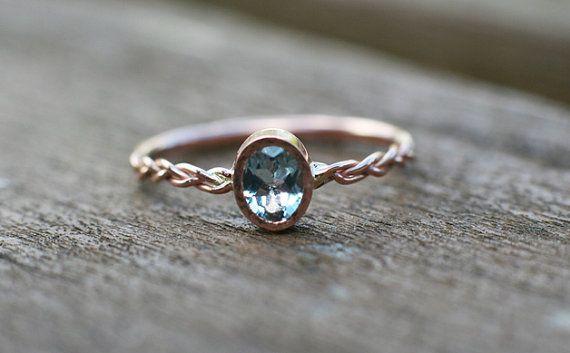 Bleu aigue-marine bague de fiançailles à la main en solide or rose 14 k avec tige tressée fantaisie.  Laigue-marine est la pierre de naissance du mois de mars et est une pierre précieuse dans la même famille que lémeraude (béryl vert).  PIERRE CENTRALE :  * 100 % naturel, extrait de terre aigue marine * forme: ovale * couleur : bleu clair * Dimensions: 5 X 4 mm * pierre précieuse avec cadre: 5,6 X 4,8 mm * le cadre autour de la pierre est martelé  SPÉCIFICATIONS :  * bande: tressé, 1,3…