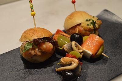 Mini-hamburguesa y brocheta de La Hora del Vermut. El mejor acompañamiento para tu Vermut en Platea Madrid.