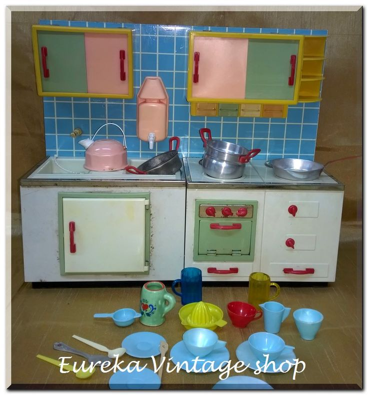 Μεταλλικό παιχνίδι κουζίνα με σκεύη. Από την περίοδο 1960's-1970's. Είναι σε πολύ καλή κατάσταση, με φυσιολογική παλαιότητα από το χρόνο. Γερμανικής κατασκευής. Μήκος 35εκ.