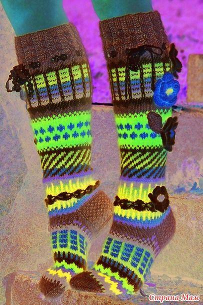 Весёленькие носки с цветочками. Можно использовать остатки пряжи. Описание на русском(перевод Гугл). ... Успехов