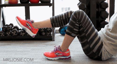 Evite dores nas canelas desenhando o alfabeto com os dedos dos pés. Fazendo isto, você fortalece a musculatura da panturrilha, o que pode prevenir lesões. Tente isto na próxima vez que se sentar à sua mesa.