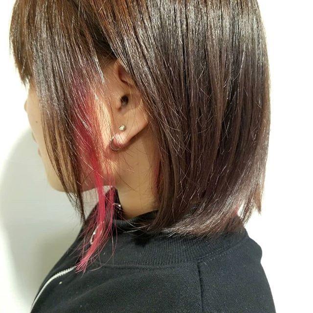 Taka Kazuhiroさんはinstagramを利用しています お客様スタイル デザインカラーインナーカラー ワンレングスベースにカットして 耳したからネープ2 3センチをブリーチ マニックパニックのホットピンクでインナーカラー 耳かけスタイルで大人っぽく