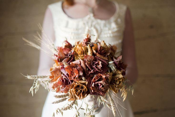 Brudbukett med torkade lönnlövsrosor och sädeslag som havre och råg som dekoration runt om. [Dried maple leafs, oat and rye] Photo: Julia Lillqvist, www.deformedbyina.com. #wedding #bröllop #ecobride