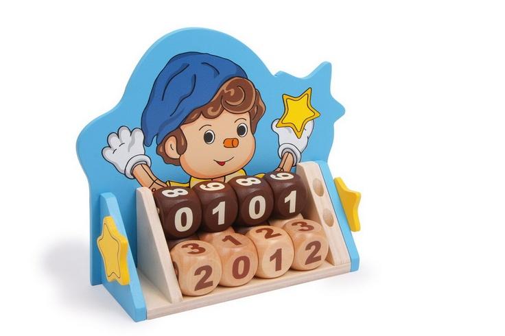 """Unendlich Kalender """"Pino"""". Diese 12 Würfel aus Massivholz mit den Zahlen von 0 – 9 erlauben die Kombinationen aller kommenden Daten in Tag, Monat und Jahr! So präsentiert das fröhlich bunte Motiv täglich das aktuell gelegte Datum."""
