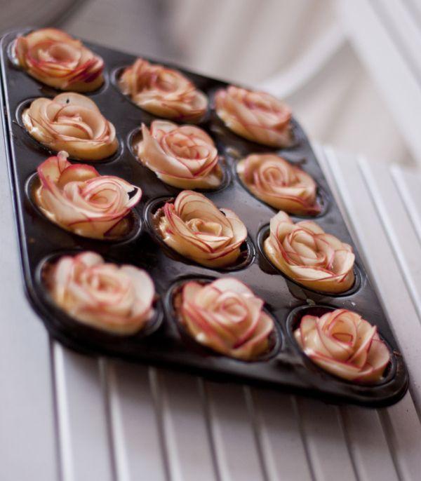 Jeg laget paiskallene av chocolate chip cookie deig, fylte de med tykk vaniljekrem og laget roser...