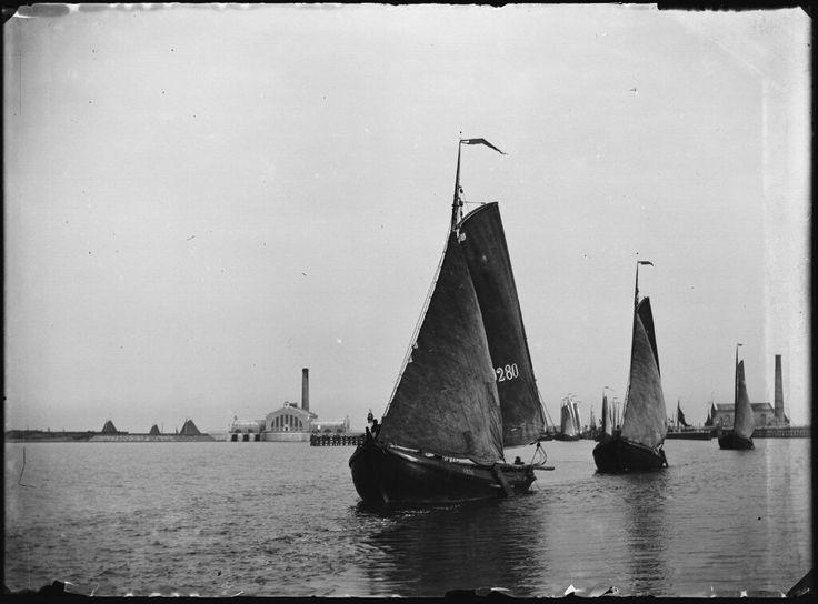 Buiten IJ met het Gemaal en Oranjesluisen op de achtergrond Amsterdam 1896. Foto: Jacob Olie
