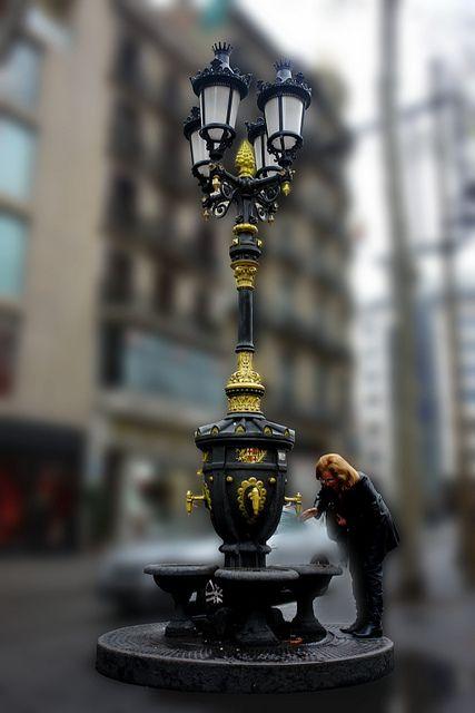 ( Las tradiciones )Si beveu aigua de la font de Canaletas sempre més sereus uns enamorats de Barcelona i per lluny que us aneu. Tornareu sempre,   ( Fuente de Canaletas ) Barcelona