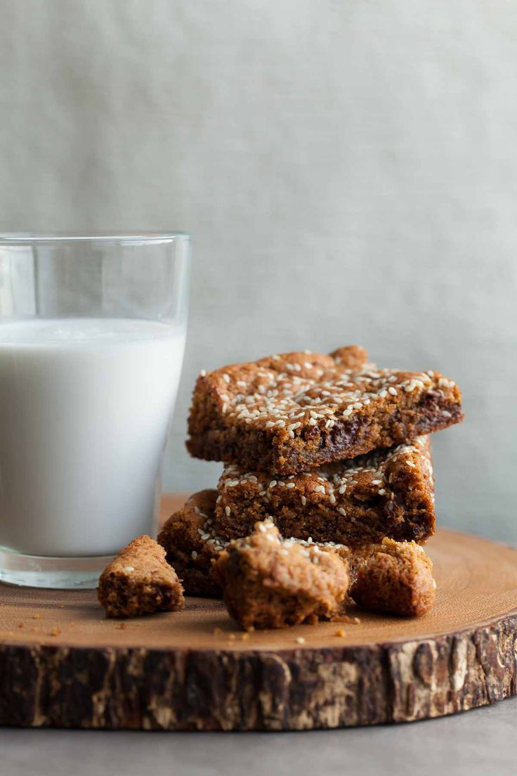 These nutty and rich gluten-free, paleo tahini almond blondies are bursting with chunks of chocolate on the inside and toasted sesame seeds on top.