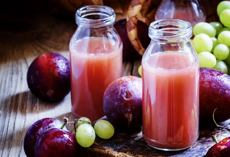 Préparation: 1.Coupez les prunes en 2 et dénoyautez-les. Coupez les grains de raisin et épépinez. 2. Mixez les prunes, le raisin et le jus de pommejusqu'à obtention du smoothie.