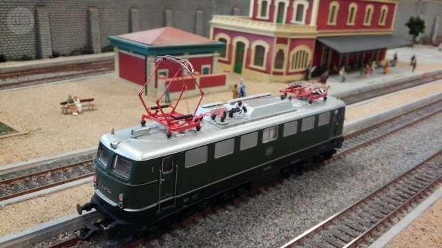 . Locomotora el�ctrica tipo Bo Bo  clase 40 de los ferrocarriles alemanes DB, �poca IV.Reproducci�n de elevado detalle del modelo E 40 504 en escala H0 y corriente continua hecho en Austria por Roco.Luces blancas y rojas seg�n direcci�n.Como nueva y con dec