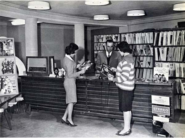 So, where was this?  America, 1950s?  NO!!  This was Afghani women in a public library before Taliban rule!!  Look at those sluts, they are TALKING to a MAN!!!