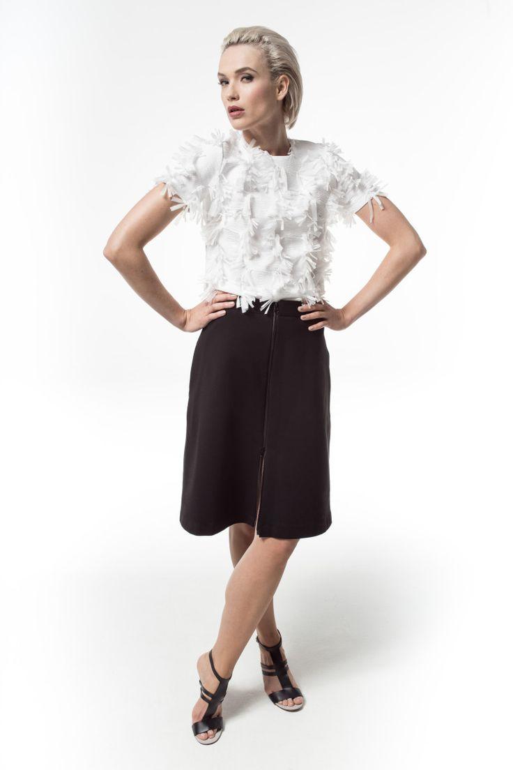 Malgrau, lookbook, kolekcja wiosna-lato 2016, strukturalna bluzka z krótkimi rękawkami, spódnica z suwakiem z przodu | Mondrianista