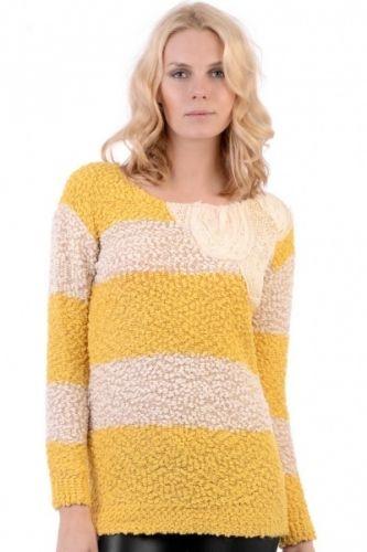 Myk og varm genser i lammeull og gule og hvite striper.  Inneholder 80% lammeull og 20% polyamid.