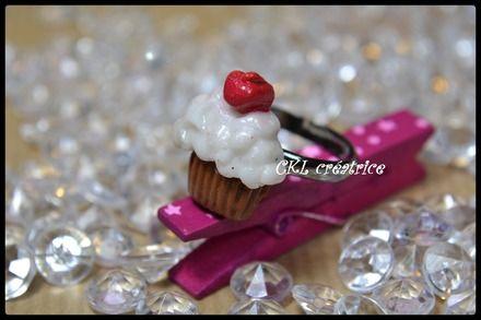 Bague réglable fimo forme cupcake blanc pailleté. La bague cupcake mesure 2 X 2 cm. Le cupcake est fixé sur une bague support en métal. Couleur: marron, blanc pailleté, rouge pailleté. La cupcake est vendue seule. Fait main.