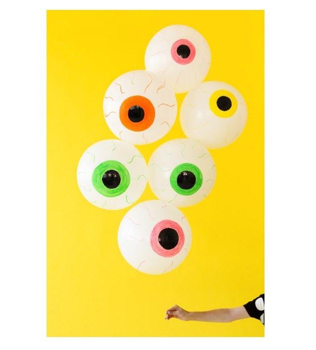 """Estos """"Globos de Ojos Espeluznantes"""" son la decoración perfecta para la entrada de tu casa y recibir a todos los peques que vengan por un truco-o-trato."""