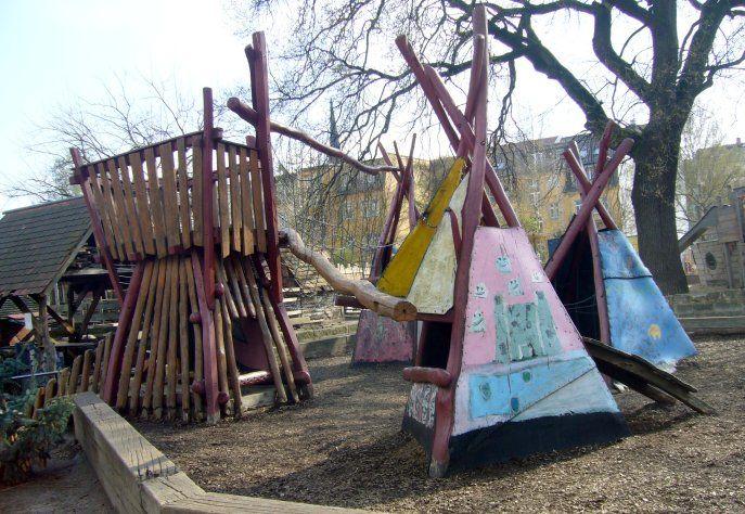 Ein kleines Kinderparadies verbirgt sich da in Dresden-Neustadt: Ein Ausflug zum Abenteuerspielplatz Panama (ASP Panama) heißt Spiel, Spaß und Tiere. Wer hier herumstreift, begegnet Hasen, Schafen, Ziegen, Pferden und dem Huhn Elvira. Auch Pferde und Hühner sind hier zuhause.